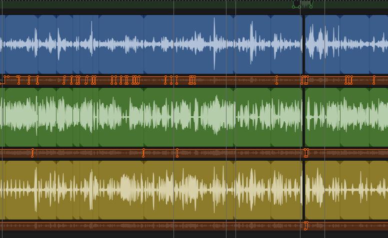 Das Bild zeigt drei unterschiedlich eingefärbte Audiospuren, ie sind an vielen Stellen durch senkrechte Linien unterteilt. Diese markieren die Stellen an denen ich geschnitten habe.